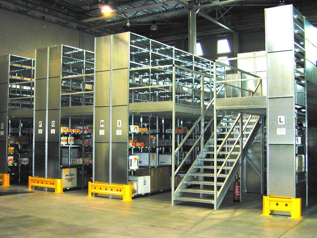 Vue d'un stockage sur rayonnage tôlé galvanisé avec mezzanine