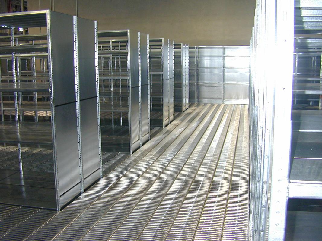 Vue des rayonnages galvanisés sur la partie mezzanine